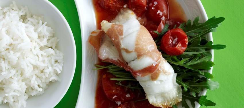 Fiske- og serranoruller med tomatsauce