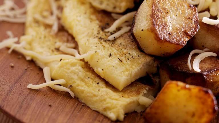 Omelet med kartofler og revet ost