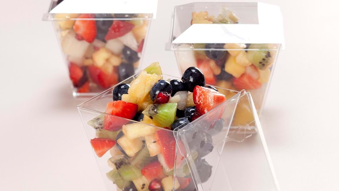 Frugtsalat med friske bær og saft fra granatæbler