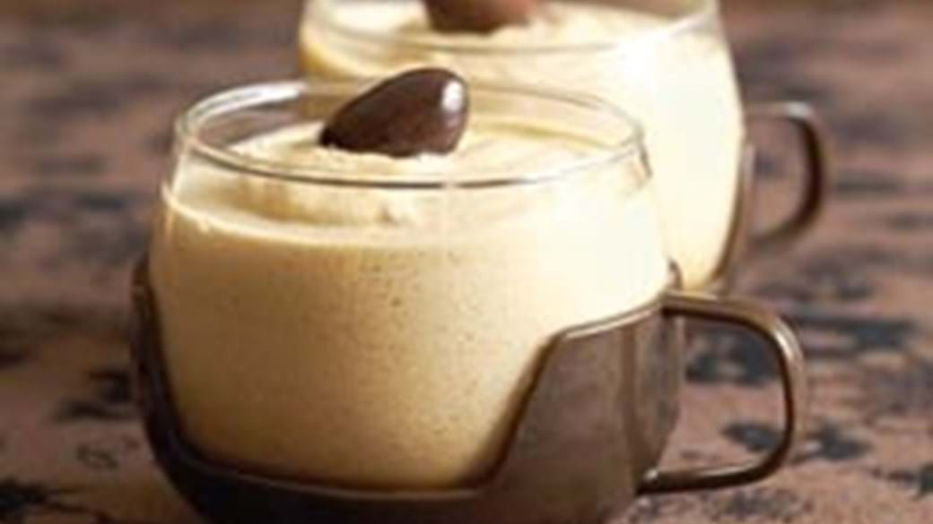 Kaffemousse med chokoladeovertrukne mandler