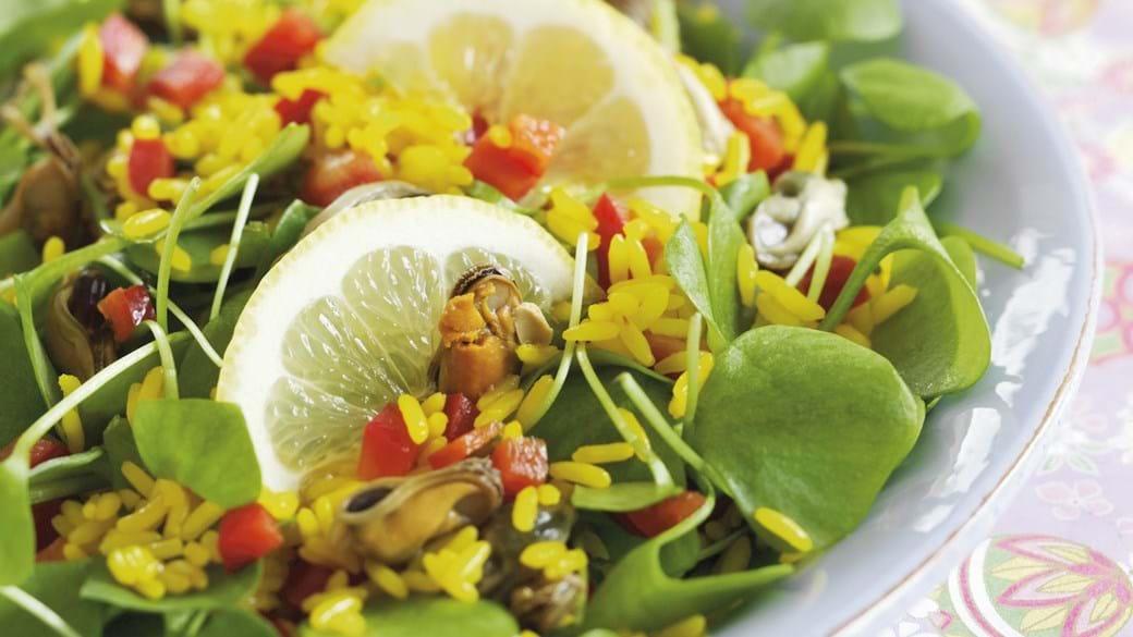 Safranris med salat og muslinger