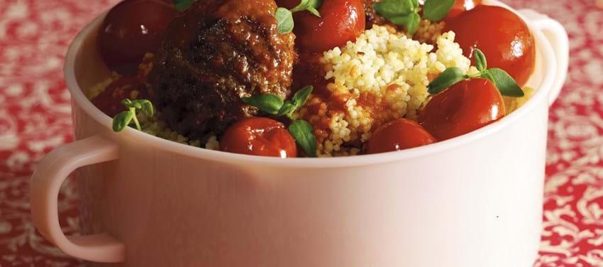 Krydrede kødboller i chilisauce med couscous
