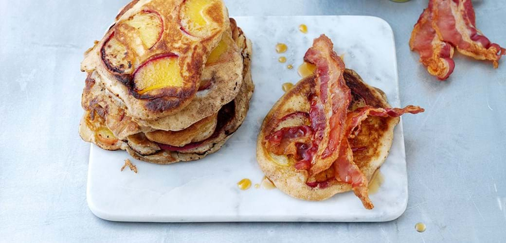 Amerikanske pandekager med fersken, bacon og ahornsirup