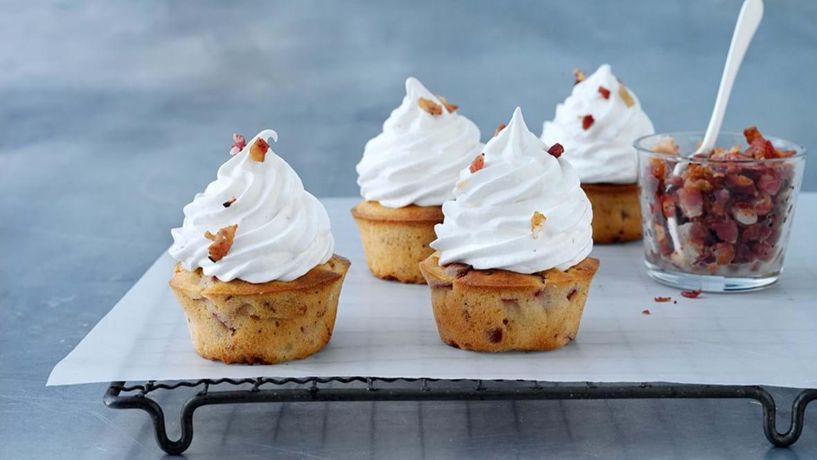 Bacon-fersken cupcakes med glasur med bacon og marshmellow