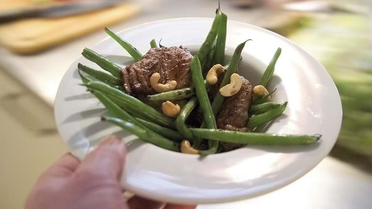 Lynstegt oksekød med bønner og cashewnødder