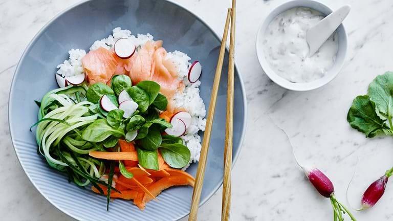 Sushibowle med laks og avocado