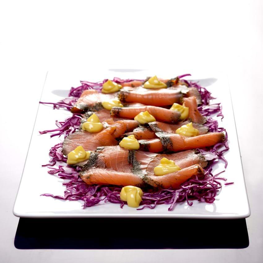 Gravad laks med citronmayonnaise på sprød rødkål