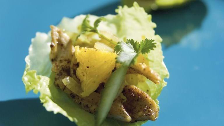 Salatskål med kanelkrydret kylling og appelsin - gæstemenu til otte