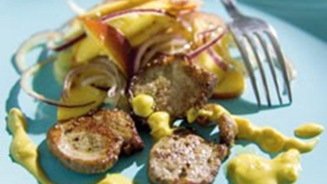 Stegt svinemørbrad med karryjordnøddesauce og ferskensalat