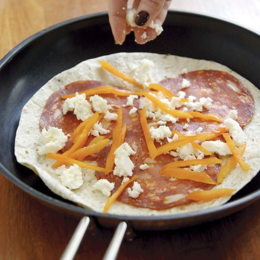 Wrap med lun fetaost og krydret pølse