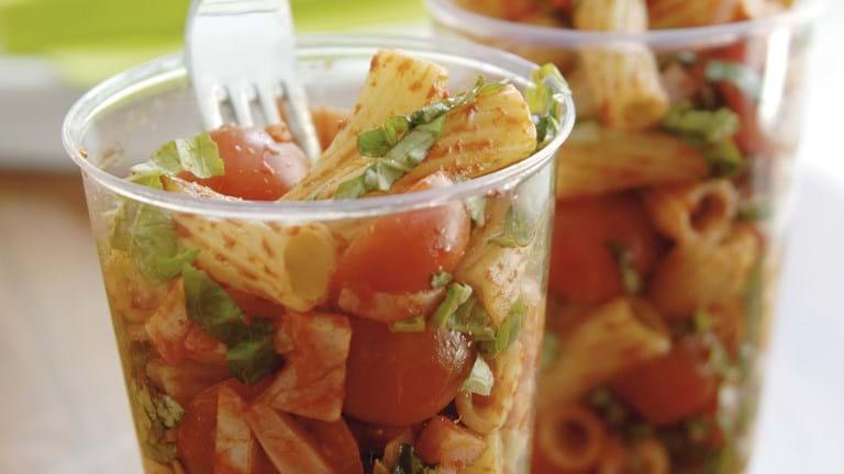 Pastasalat med tomatpesto og hamburgerryg