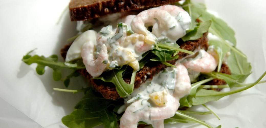 Æg og rejesalat i urtecreme – på rugbrød
