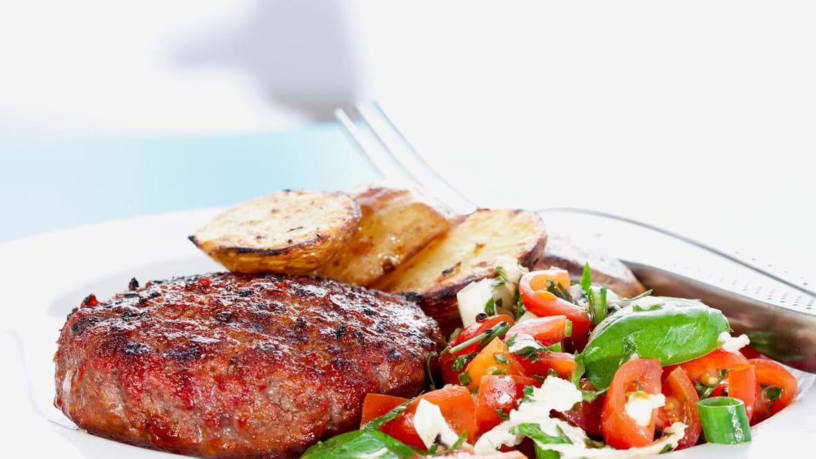 Grill-hakkebøf med tomatsalat og grillede kartofler