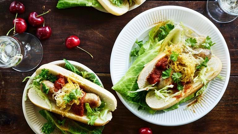 Currywursts a la hotdog med kål