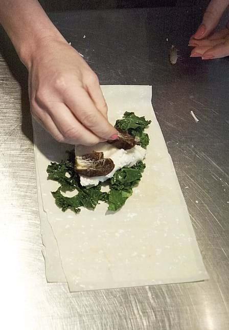 Smørstegt grønkål og gedeost i filoruller