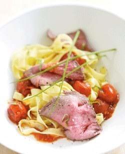 Roastbeef med pasta og tomatsovs