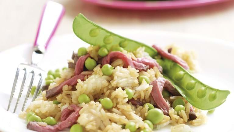 Stegte ris med roastbeef og ærter