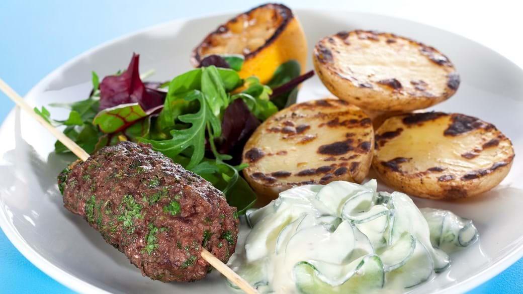 Grillede græske frikadeller med tzatziki og grillede kartofler med citron