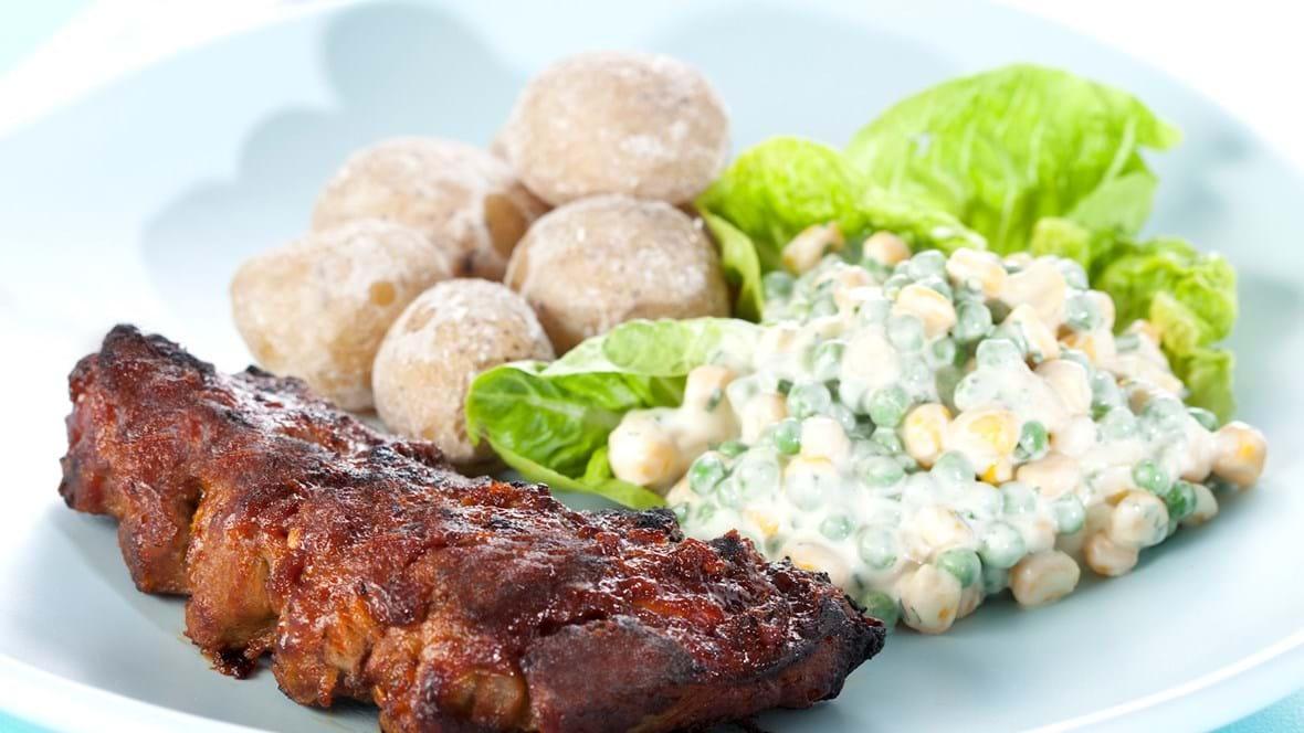 Grillede ribben med saltkogte kartofler og cremede ærter og majs