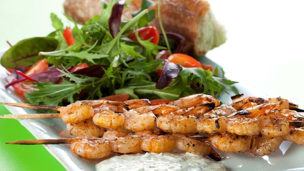 Grillede store rejer på spyd med spæde salater og dildcreme