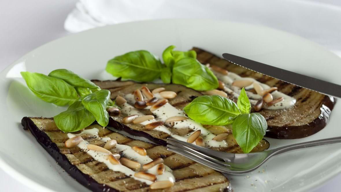 Grillet aubergine med skyr og ristede pinjekerner
