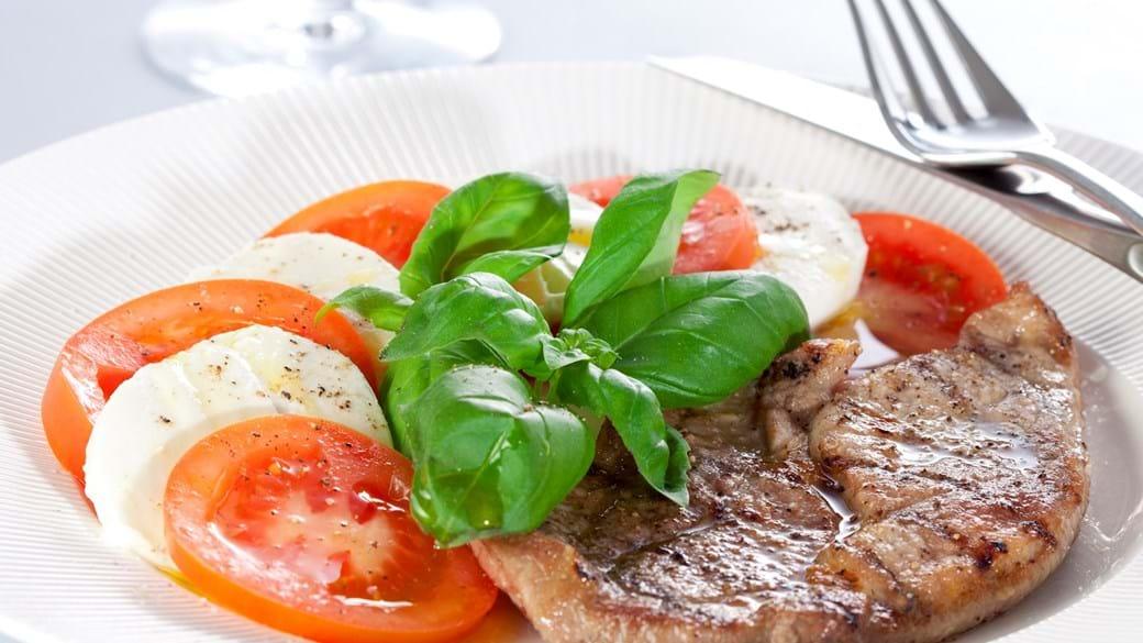 Grillet kalv med tomatsalat