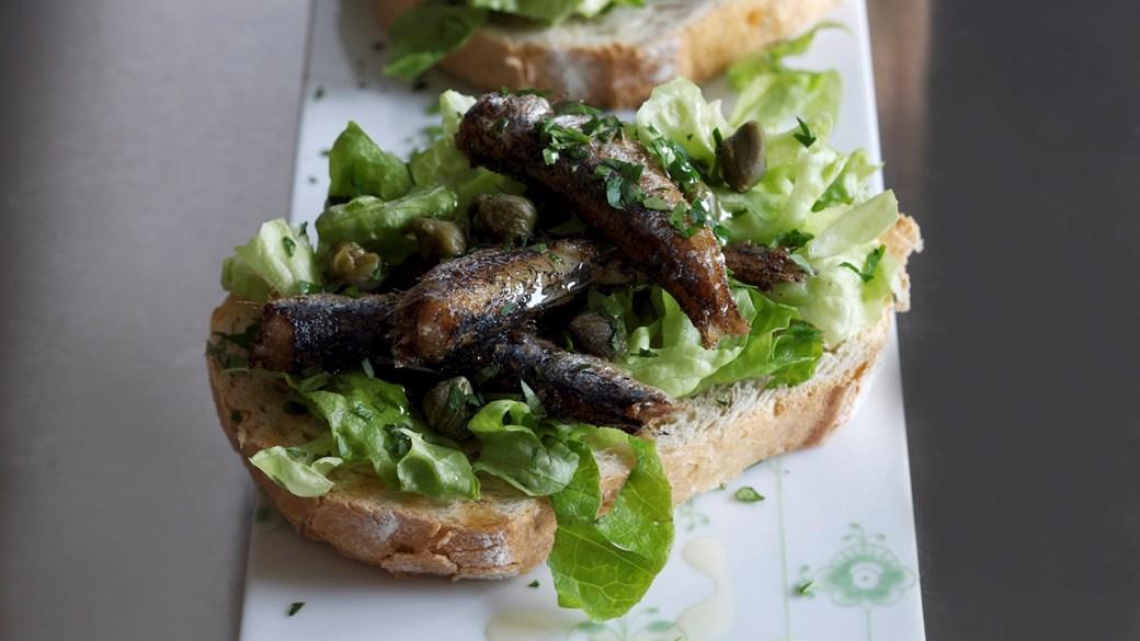Bruschetta med sprødstegte sardiner