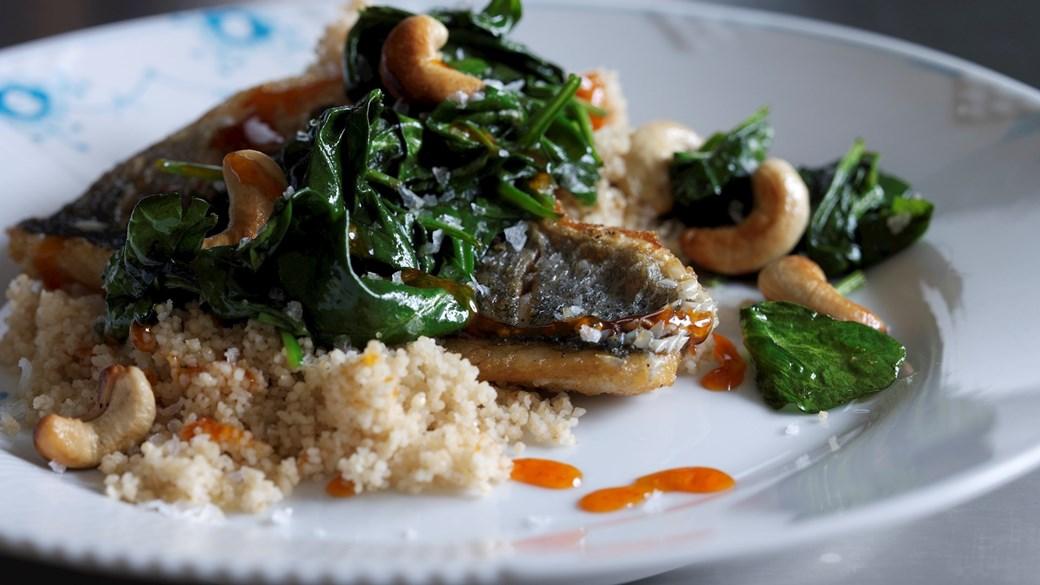 Havbars stegt på skind med couscous og spinat