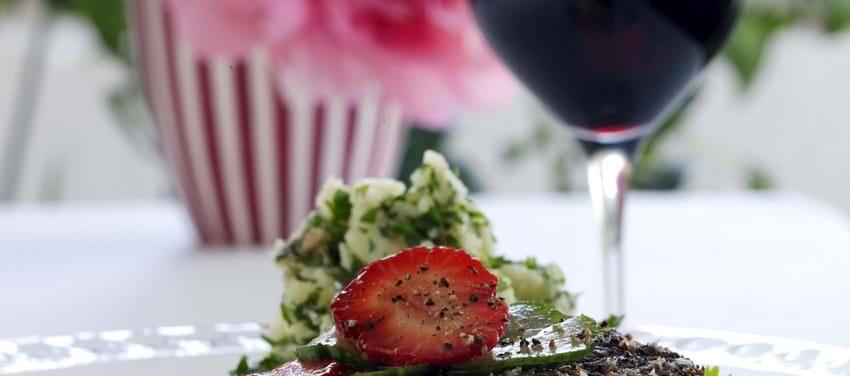 Peberbøf med urtemos af nye kartofler og agurk og jordbærsalat