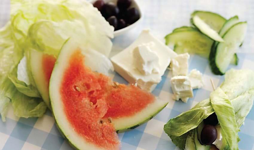 Iceberg-rulle med feta, melon og oliven