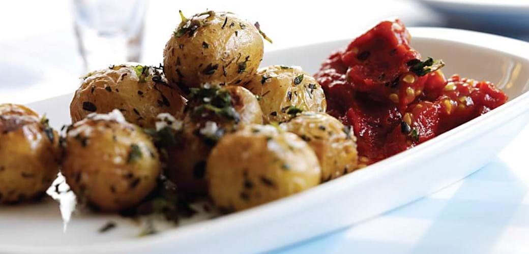 Urtekartofler med tomatdip