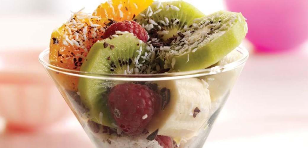 Et glas frugtsalat – med kokos og en lille smule chokolade