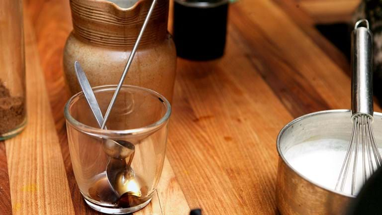 Hjemmelavet chai te med rugbrødscroutoner