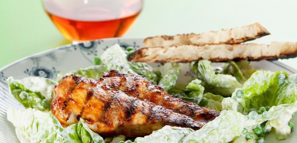 Grillet kylling til Cæsar salat med fine ærter