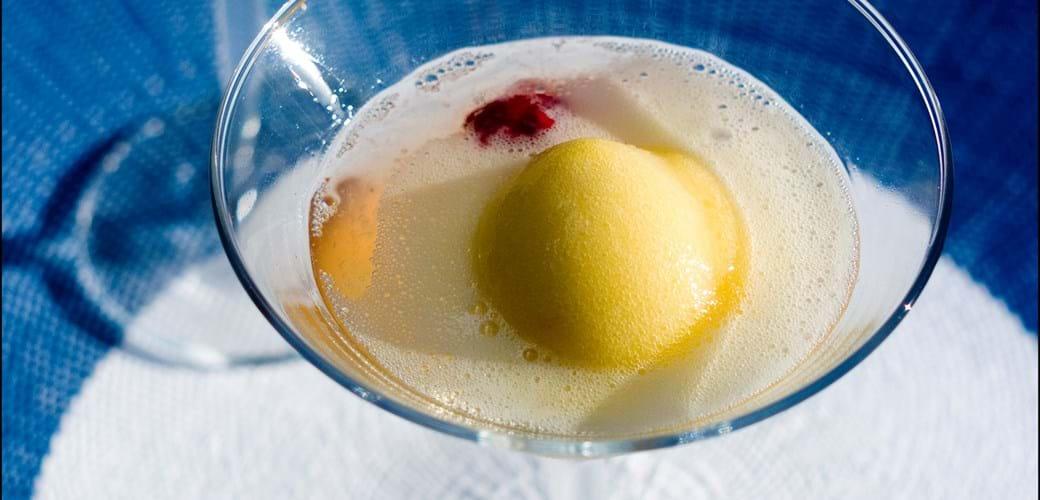 Sommerdrink af sorbet og bobler