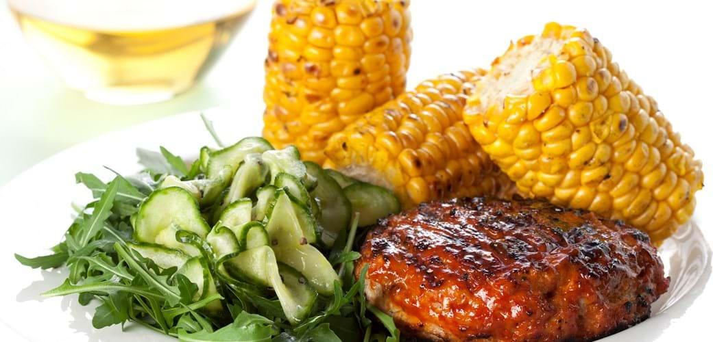 Grillet kyllingehakkebøf med agurkesalat og grillede majs