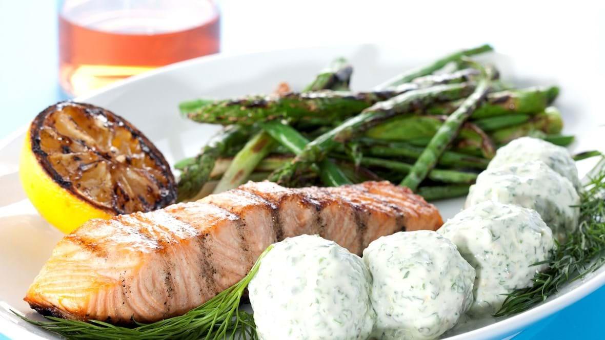 Grillet laks med asparges, bønner, forårsløg og citroncreme med krydderurter