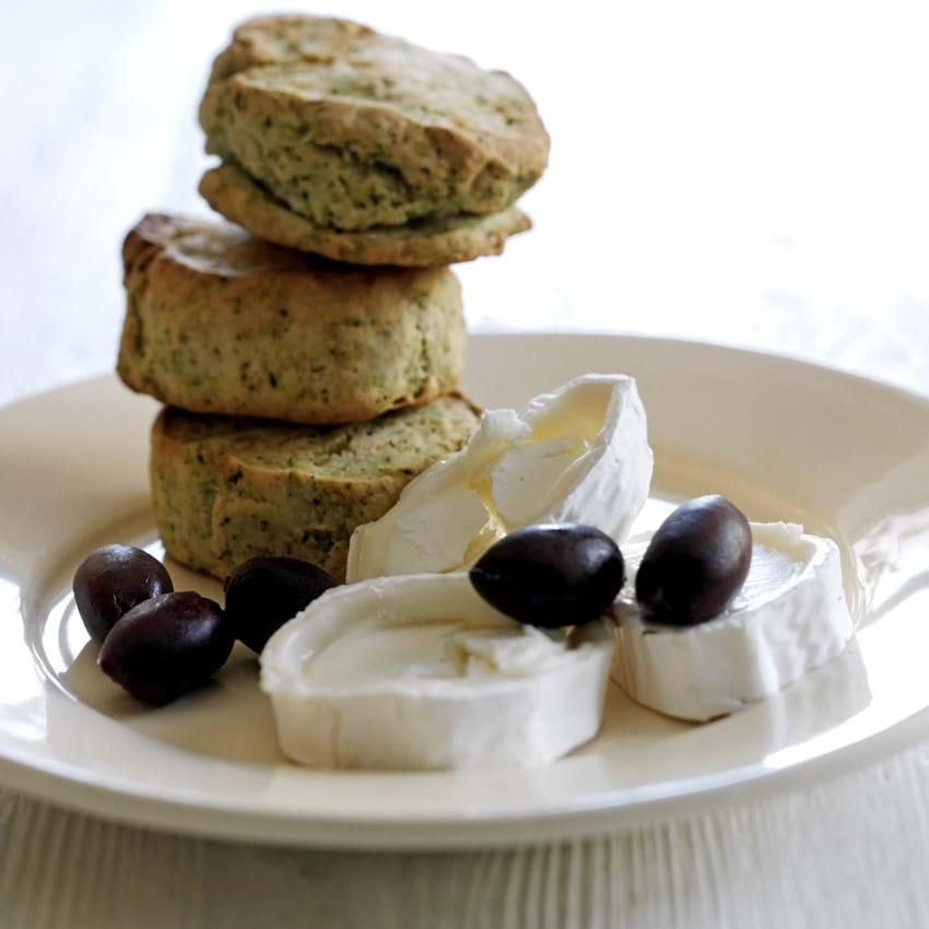 Scones med brændenælde, ramsløg, gedeost og oliven