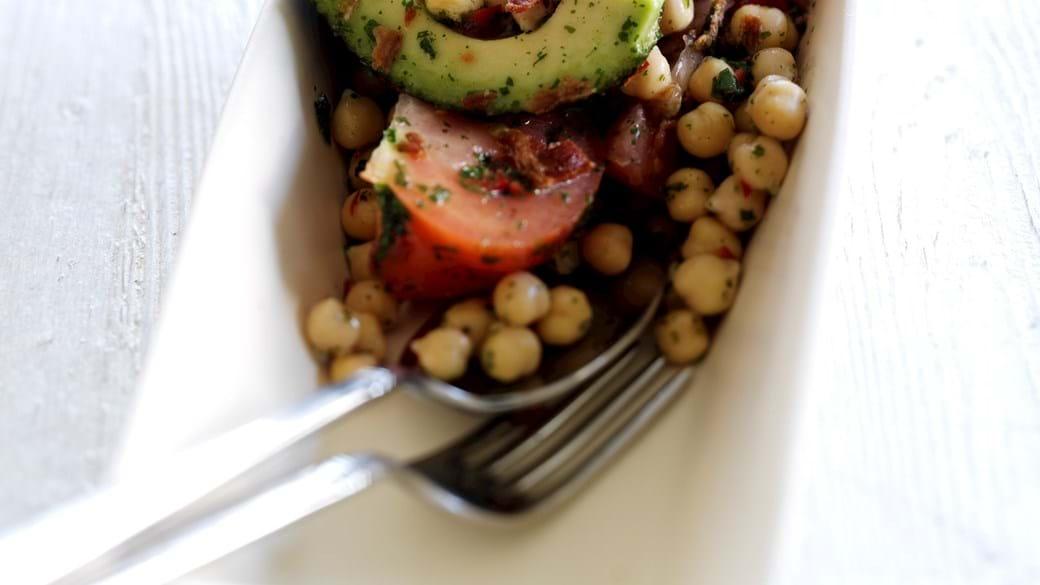 Avocado og kikærtesalat med tørrede urter