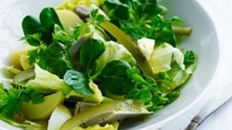 Fyldig salat med æg, kartofler og løg