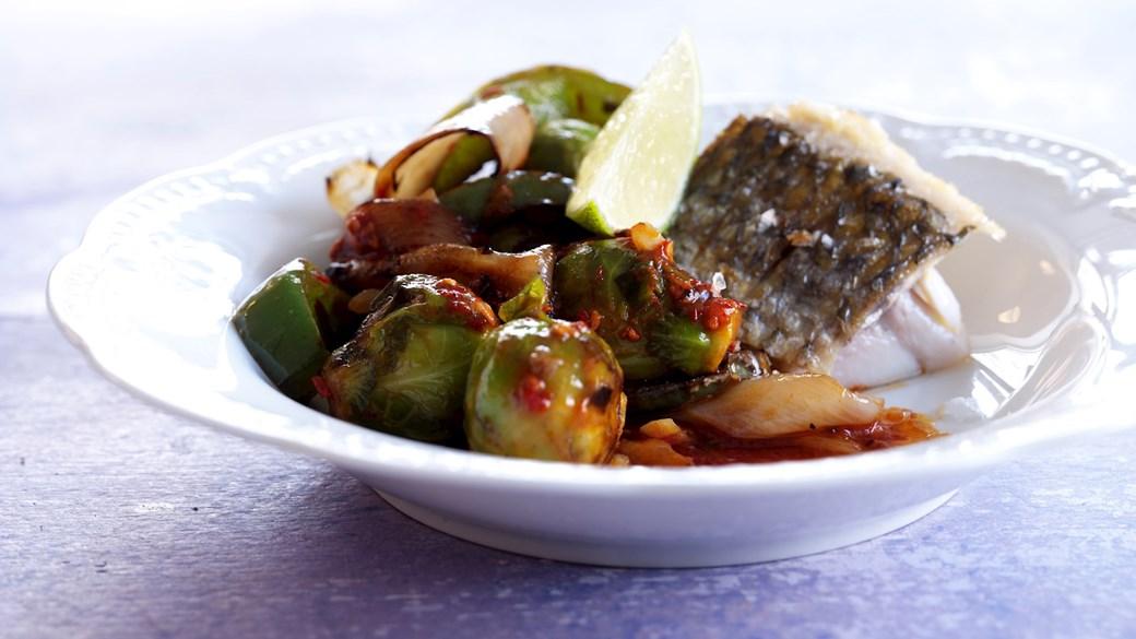 Stegt fisk med rosenkål i sursød sauce