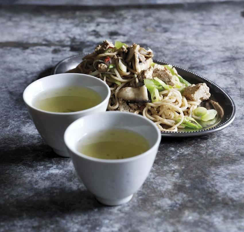 En portion stegte grøntsager og tofu med nudler