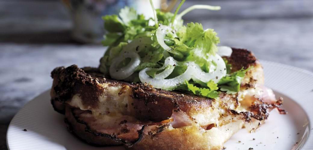 Croque monsieur med løg og koriander salat