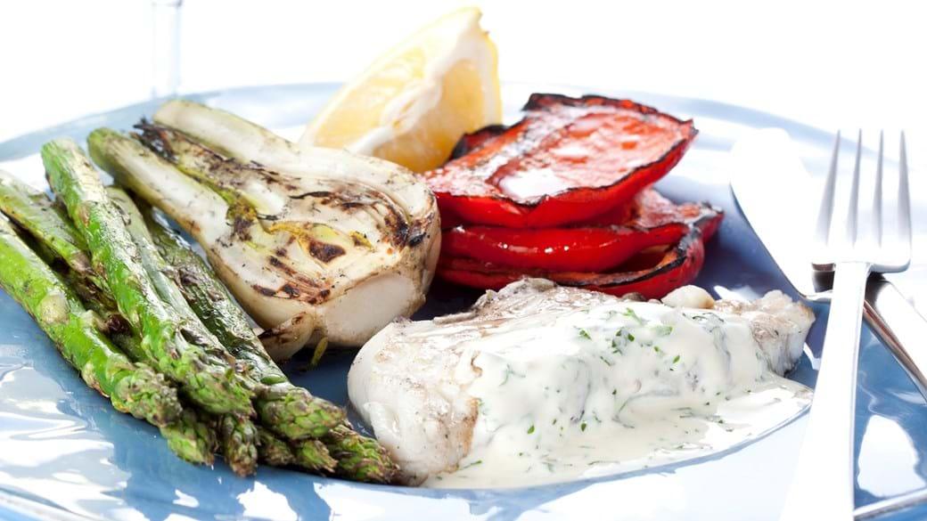 Grillet torsk med fennikel, krydderurtecreme, grønne asparges og peberfrugt