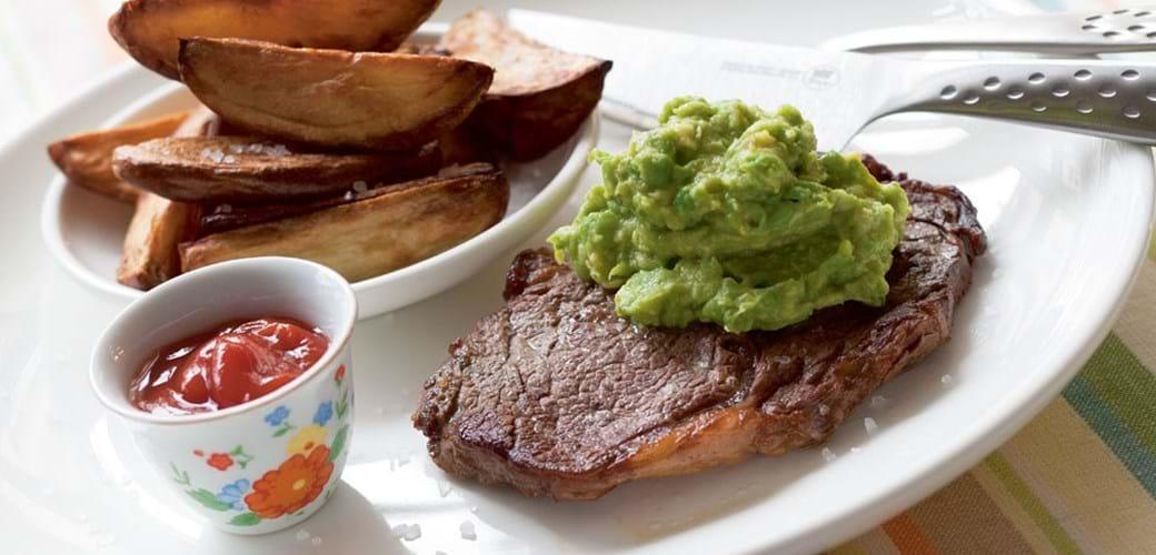 En god bøf med hjemmelavede grove fritter og avocado-ærtedip