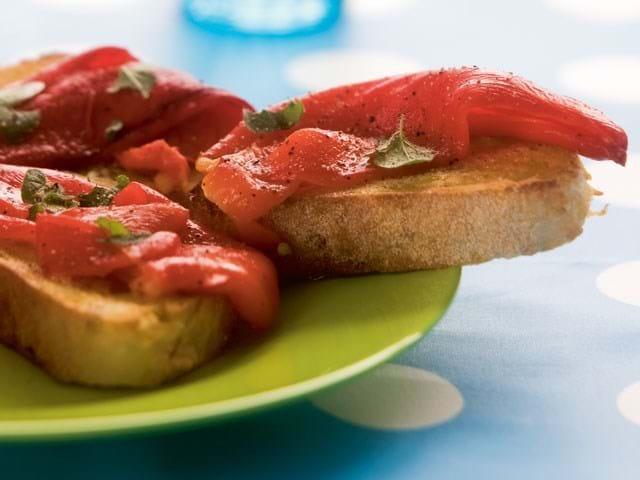 Bruschetta med grillede peberfrugter og maste tomater