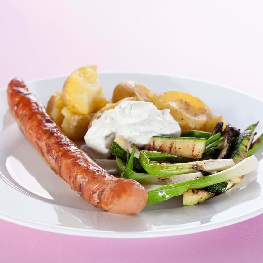 Grillpølse med knuste kartofler, forårsløg, squash og skyrcreme med hvidløg