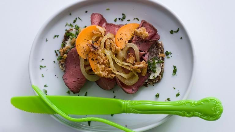 Roastbeef med abrikos og to slags løg