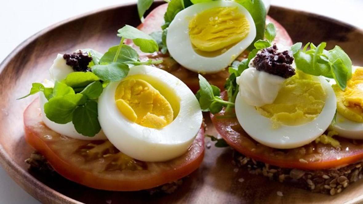 Æg og tomat med tapenade