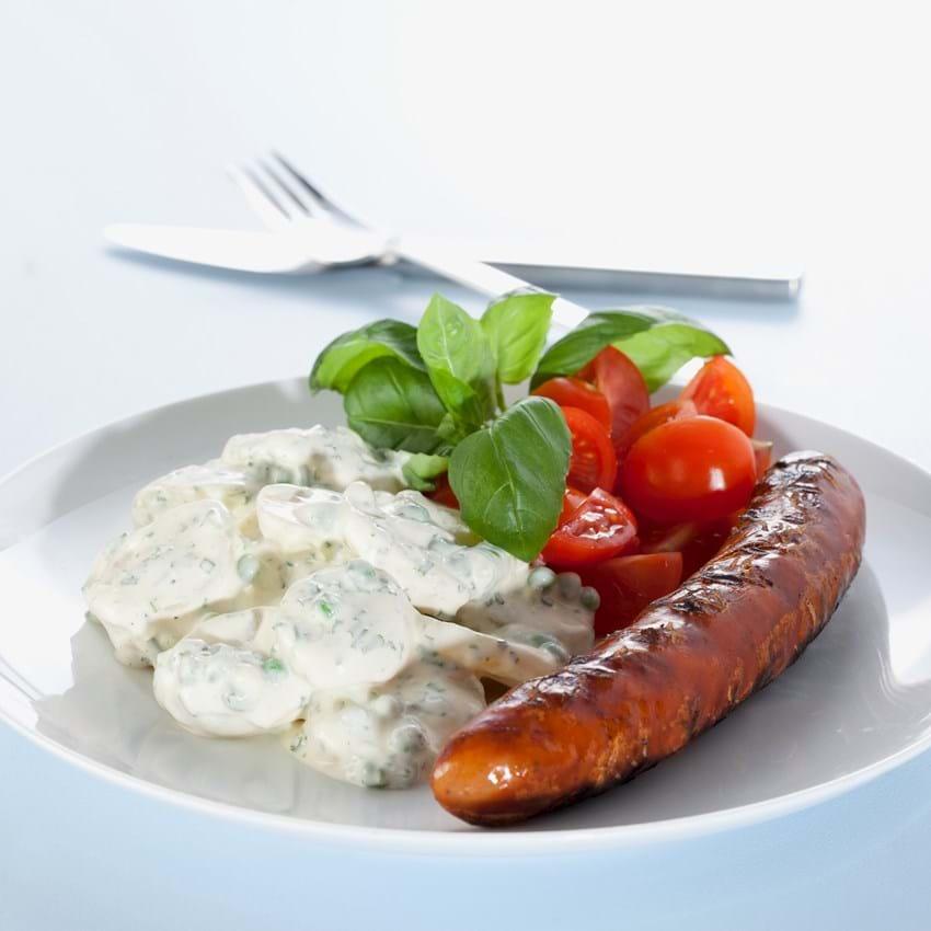 Grillpølser med kold kartoffelsalat, tomater og basilikum